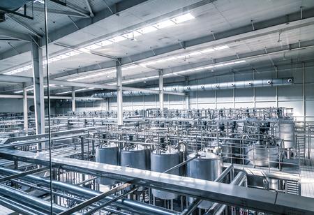 fabbrica di latte pieno di tubi.