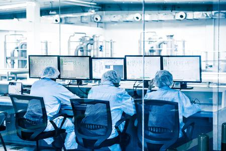 monitoreo: Supervisión de personal en la fábrica.