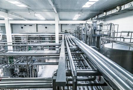 Milchfabrik gefüllt mit Rohren. Editorial