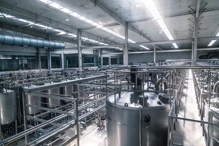 filtración: fábrica de leche lleno de tubos.