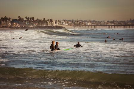 Surfers preparing to hit the waves Editöryel
