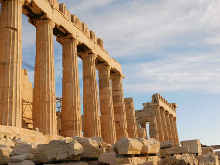 Side view of the Parthenon, the ancient temple of goddess Athena, in Athens, Greece Imagens