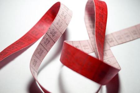 metro de medir: cinta m�trica enredado. La medici�n medidor de color rojo