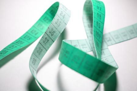 metro de medir: cinta métrica enredado. medidor de medir el color turquesa