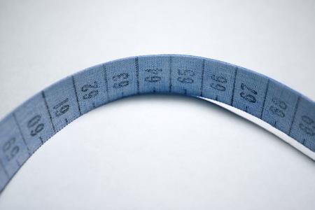 metro medir: cinta métrica enredado. La medición medidor de color bluee
