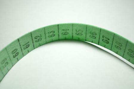 metro medir: cinta m�trica enredado. de color verde que mide metro