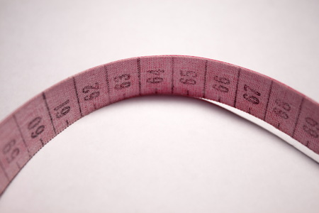 metro medir: cinta métrica enredado. La medición medidor de color rojo