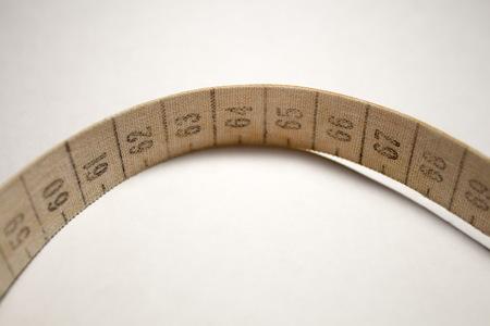 metro de medir: cinta métrica enredado. Medición de color anaranjado metros Foto de archivo