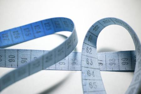 metro medir: cinta métrica enredado. El color azul de medición metro