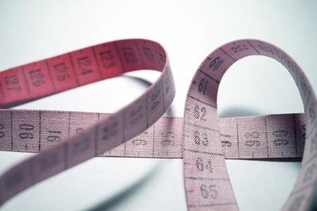 metro de medir: cinta métrica enredado. La medición medidor de color rojo