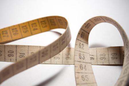 metro medir: cinta métrica enredado. metro de medición de color naranja Foto de archivo