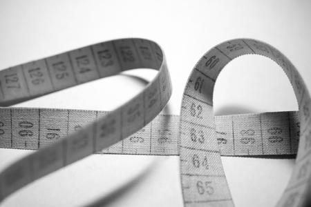 metro medir: cinta métrica enredado. La medición medidor de blanco y negro