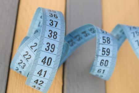 metro de medir: cinta métrica enredado. Medir el color bluee metros, rayas grises y amarillas, los antecedentes