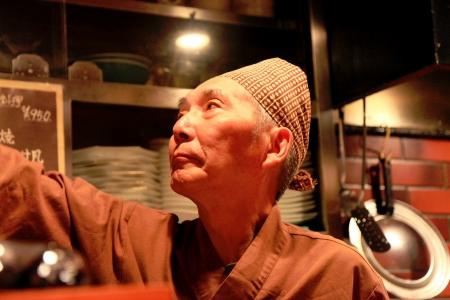 workingman: Kyoto, Jap�n - 13 de octubre de Cook trabaja en un restaurante t�pico japon�s, trabaja frente a los clientes en su diminuto local, el 13 de octubre de 2013, de la zona Pontocho de Kyoto-Jap�n