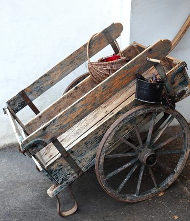 carretilla de mano: Canasta Vintage con pimientos de Espelette-Sare-France Foto de archivo