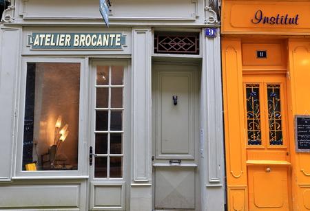 Bayonne, Frankrijk-13 juni 2015: Buurtwinkels levend houden van de typische Franse handel op 13 juni, in Bayonne, Frankrijk.