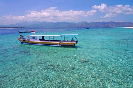 きれいな青緑色の結晶水をボートします。 写真素材