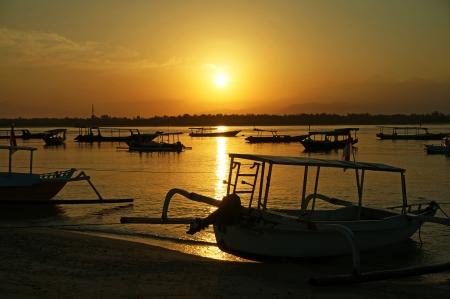 ギリ ・ トラワンガンでは日の出で漁船