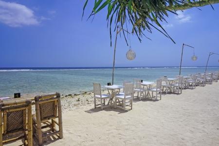 椅子とテーブル、海岸に沿って並んで
