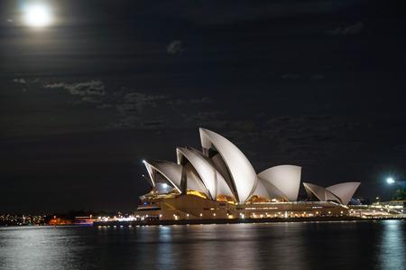 月明かりの下でシドニー ・ オペラ ・ ハウス 報道画像