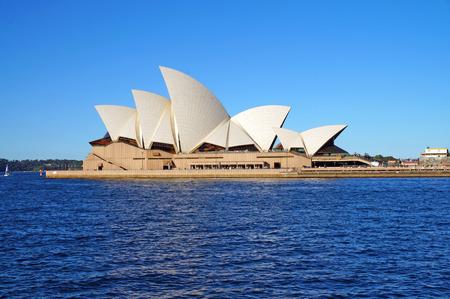 青い空とシドニー ・ オペラ ・ ハウス