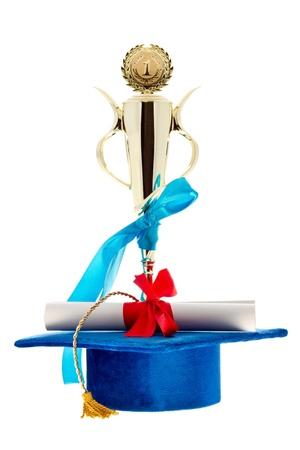 primer lugar: En primer lugar ganador de la copa de oro, azul gorra y diploma de postgrado con una cinta roja aislada en blanco.
