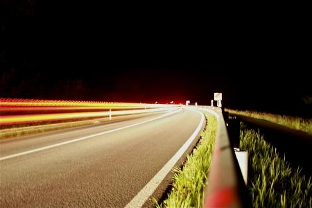 Stra�e in der Nacht mit Autos fahren Lizenzfreie Bilder