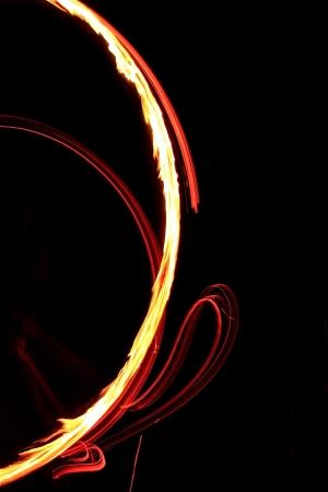 light game: persone nella notte giocano un gioco di luce