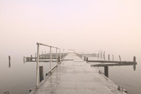 ein See an einem nebligen Morgen im Oktober