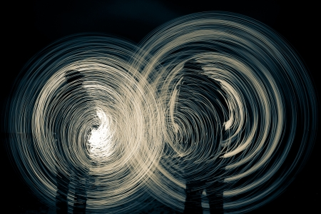 light game: 2 mens nella notte che giocano un gioco di luce
