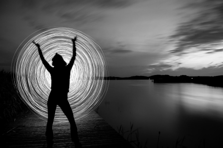 light game: una donna nel tramonto che giocano un gioco di luce Archivio Fotografico