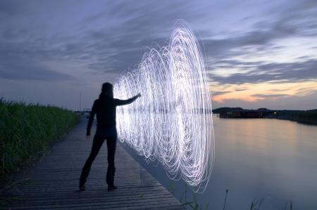 una mujer en la puesta de sol que juegan un juego de luz Foto de archivo