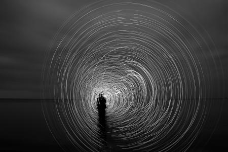 light game: un uomo nella notte che giocano un gioco di luce Archivio Fotografico