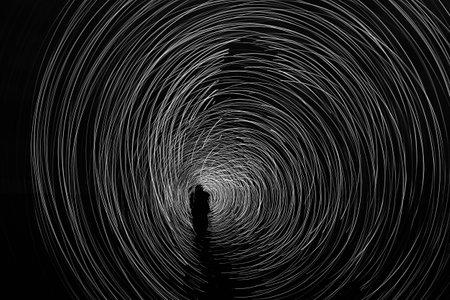 hombre pintando: un hombre en la noche que juegan un juego de luz Foto de archivo