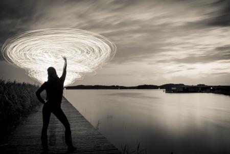 light game: una donna nella notte che giocano un gioco di luce