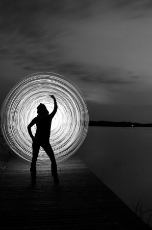 eine Frau in der Nacht, die ein leichtes Spiel zu spielen Lizenzfreie Bilder