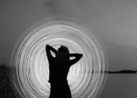 eine Frau in der Nacht, die eine Licht-Show zu spielen Lizenzfreie Bilder