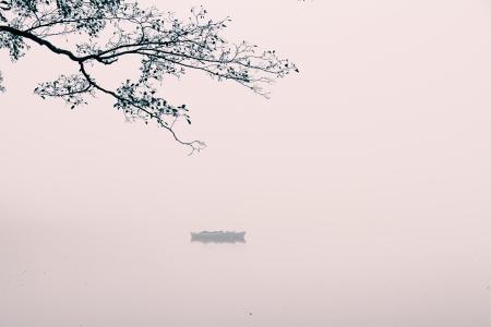 einem nebligen Landschaft auf einem Morgen im Oktober