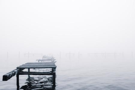 una orilla del lago en una ma�ana de niebla octubre Foto de archivo
