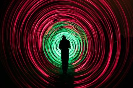 personas hacen un espect�culo de luces en la noche