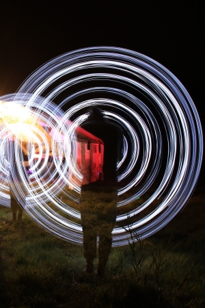 ein M�nner machen eine Licht-Show in der Nacht Lizenzfreie Bilder