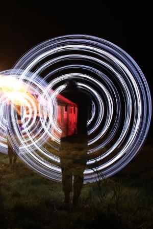 los hombres hacen un espect�culo de luces en la noche Foto de archivo