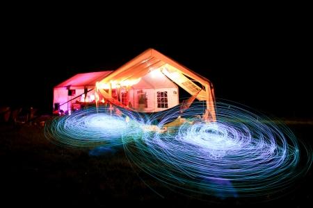Leute machen eine Licht-Show in der Nacht