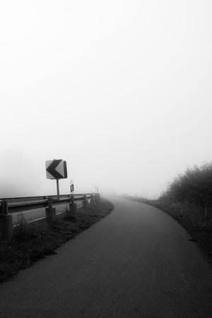 Una calle de niebla en una ma�ana de octubre