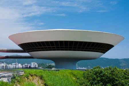 도시를 내려다 보는 박물관의 현대 건축을 보여주는 외관보기.