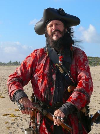 sombrero pirata: Retrato de la longitud del trimestre de la Pirate.Three disfrazado de un hombre barbudo con traje de pirata vintage