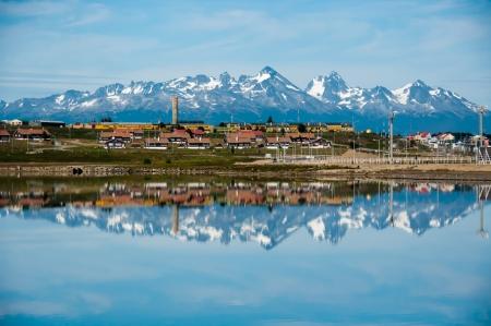 Ushuaia R�flexions. Montagnes couvertes de neige sont refl�t�s dans l'oc�an le long du littoral d'Ushuaia