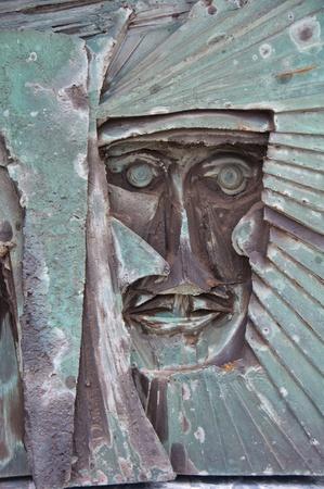 vetical: Escultura de Cristo por Willaim Mitchell en exterior de la Catedral Metropolitana de Liverpool, Inglaterra