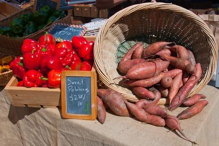 Un panier de pommes de terre douces aux poivrons rouges au march� d'un agriculteur local.