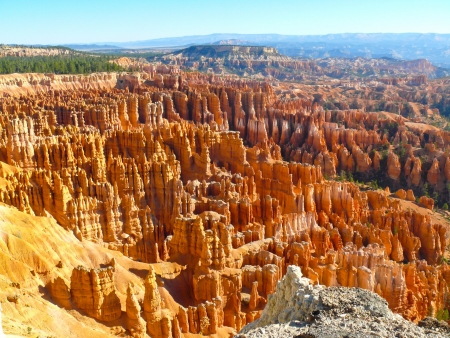 bryce: Bryce Canyon National Park   Panoramic view showing the hoodoo rock formations and mountains Stock Photo